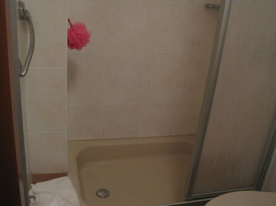 Hotel Nadia: shower cubicle