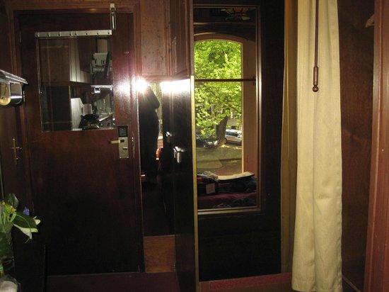 Hotel Nadia: Lots of mirrors