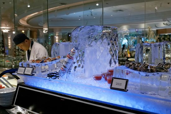 The Rain Tree Cafe at Plaza Athenee Bangkok: I took this pictures of the superbe buffet with the ice sculptures
