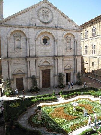Piazza Pio II: Piazza addobbata