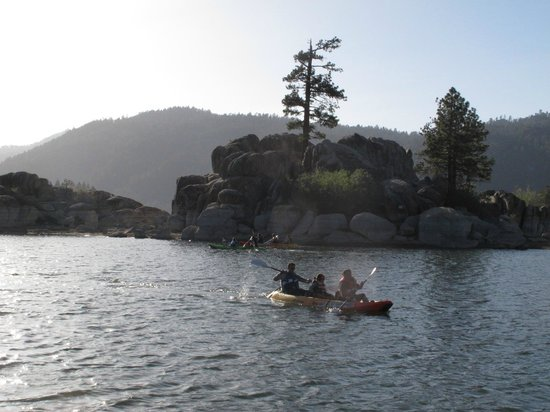 Boulder Bay Park : kayakers enjoying the view up close