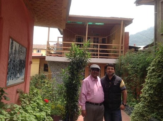 Hotel JH Bazaz (Happy Cottage): Myself with Sarawar in the main drive way