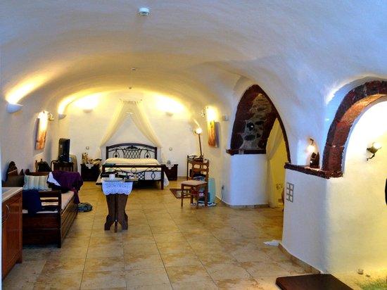 Santorini Mansion at Imerovigli : The view into the cave