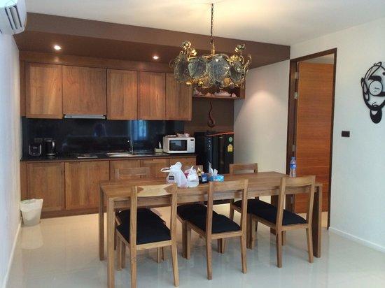 The Kiri Villas Resort: Kitchen area