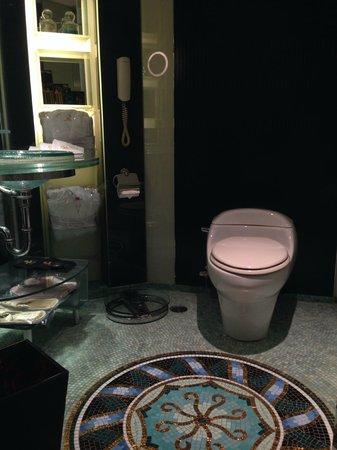 Hotel Lisboa Macau: バスルームもギラギラです