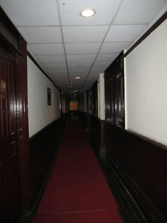 Astor House Hotel: Hallways - dark, dingy and not so pleasant
