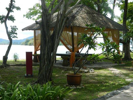 Vivanta by Taj Rebak Island, Langkawi: Outdoor bar and grill area