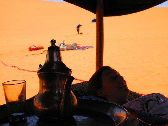 Guest House Merzouga: Dans le camps des dunes
