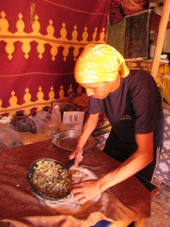 Guest House Merzouga: Omar préparant la pizza