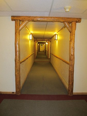 The Lodge at Big Bear Lake, a Holiday Inn Resort : Clean hallway