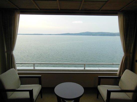 Hotel Kaibo: 大きな窓から七尾湾