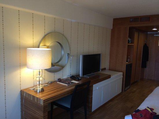 Sheraton Stockholm Hotel: Desk / TV
