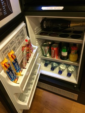 Sheraton Stockholm Hotel: Mini bar with room for your drinks at top