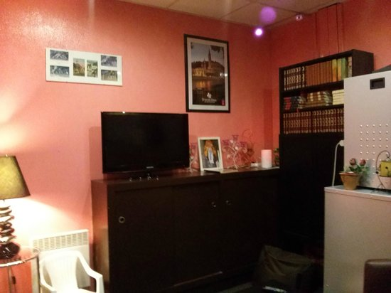 Adonis Lourdes: tv room