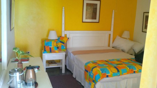 Hibiscus Lodge Hotel: The double bed