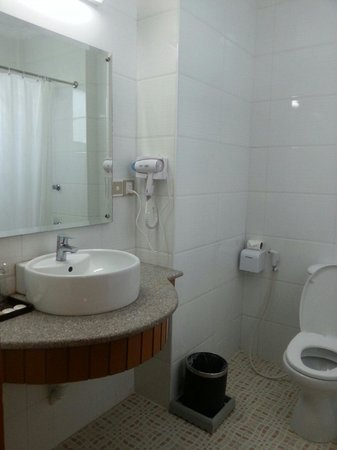 Hotel Yadanarbon: Washroom in the standard room.