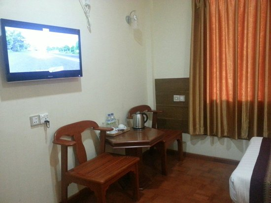 Hotel Yadanarbon: Sitting corner in superior room