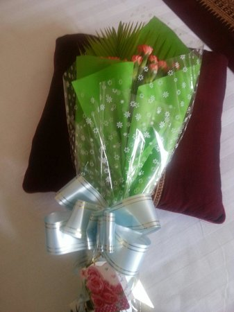 Hotel Yadanarbon: Bouquet from hotel owner to me with well wishes.