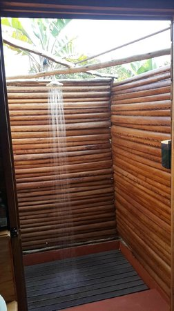 Utshwayelo Lodge: Hot outside showers