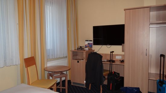 Hotel Cult: Sekretär mit Minibar, TV und Kleiderschrank