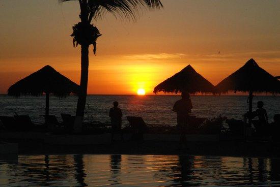 Andilana Beach Resort : Tramonto dalla piscina/spiaggia
