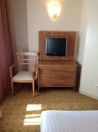 Citadines Saint-Germain-des-Pres Paris: small TV/bureau in bedroom