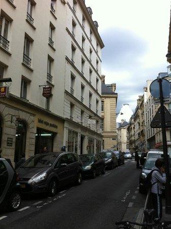 Hotel Cujas Pantheon: La rue, avec l'hôtel à gauche et la Panthéon en travaux au fond