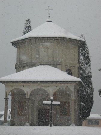 Santuario SS. Pieta: Baveno, 2006, il Battistero sotto la neve