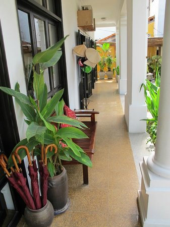Ha An Hotel: Verandah at hotel entry, umbrellas for guests