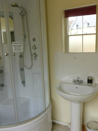 Railway Cottages and Apartments: Cheery, comfy shower and bath
