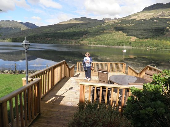 Lochside Guest House: Deck that overlooks lake