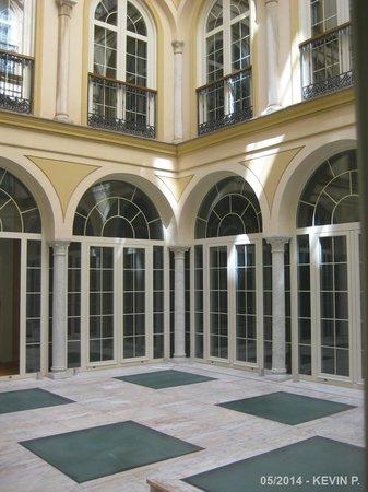 Petit Palace Plaza Malaga: Vue de la chambre sur le Patio