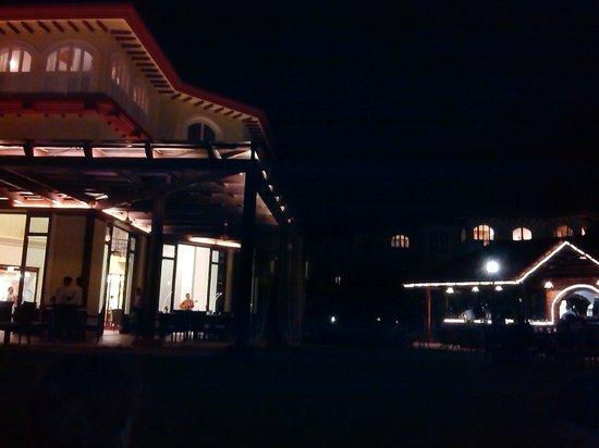 Kenilworth Resort & Spa: Building at night