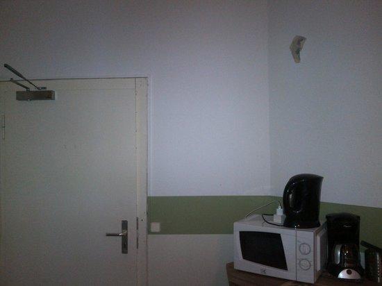 AS Apartmenthaus: broken walls