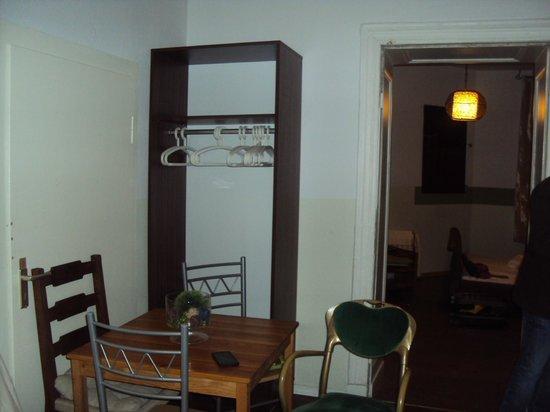 AS Apartmenthaus: broken table & random furniture