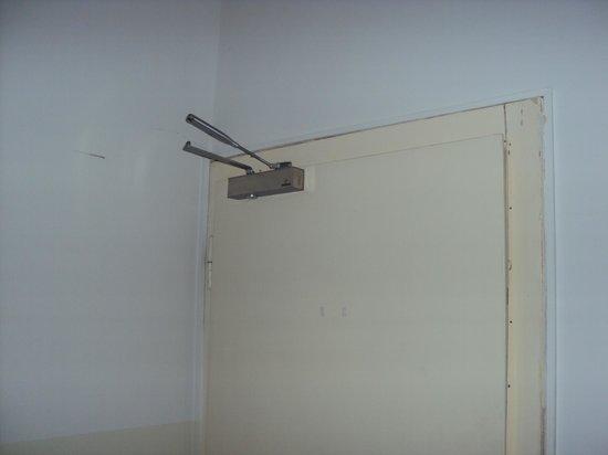 AS Apartmenthaus: broken central door