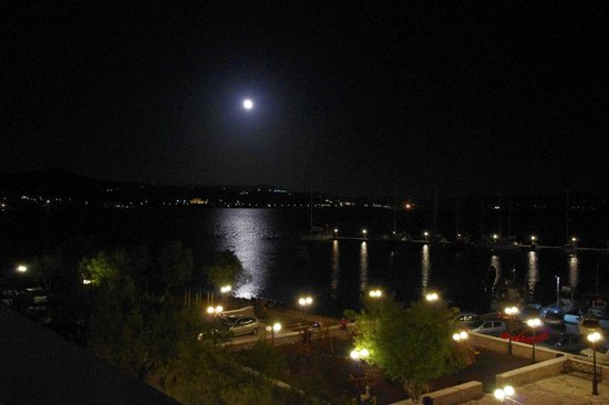 Portiani Hotel: Full moon over Adamas, seen from the terrace