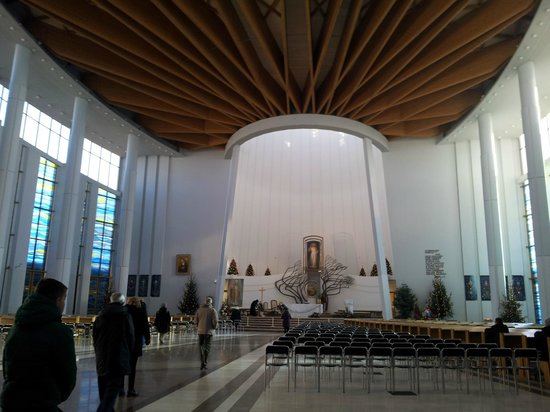 Sanctuary of Divine Mercy: interno del santuario moderno