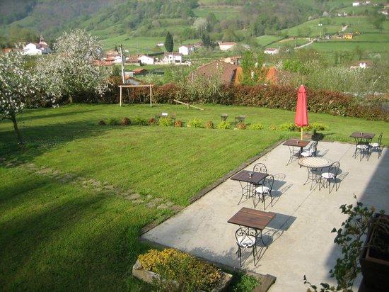 Hotel Rural Casa de La Veiga: Vistas del jardin, columpios y valle