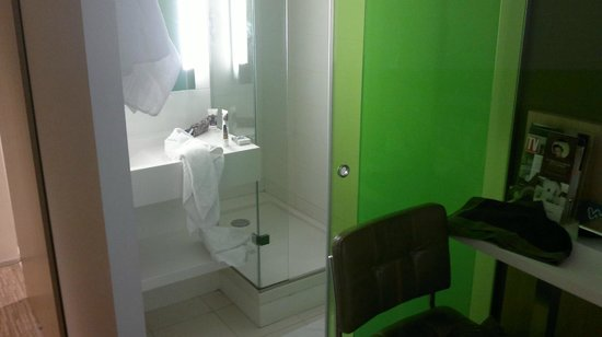 Mercure Paris Opéra Lafayette : Room 402 shower cubicle and wash basin