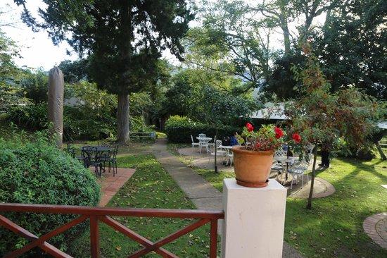 Eight Bells Mountain Inn: Beautiful gardens