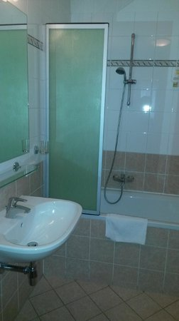 Suite Hotel 900 m zur Oper: Clean and nice bathroom