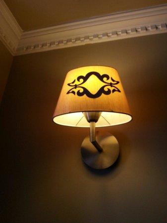 Raymond Blue Hotel: Lamps