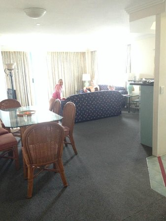 Mantra Crown Towers: lounge/dining