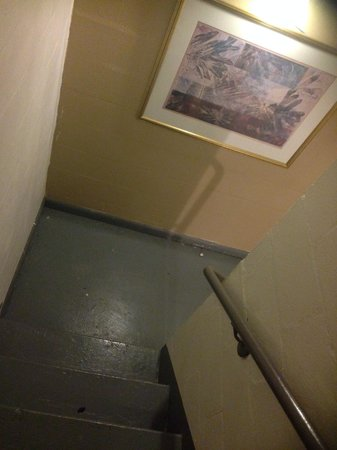 Motel 6 Melrose Park, IL: Elevator not working so stairwell