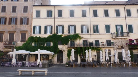 Relais Navona 71: Early morning view of the hotel (second floor) before the Piazza has woken up