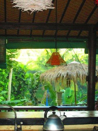 Capung Sakti Maison d'Hôtes : vue de la cuisine sur le coin repas