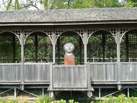 La Butte Aux Bois Hostellerie : statue