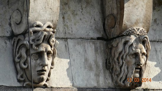 Pont-Neuf: Carvings