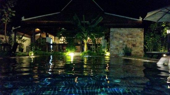 Bunwin Residence : pool at night